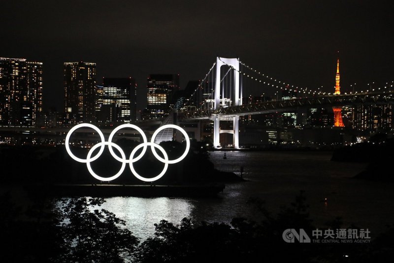 位於東京台場的東京奧運象徵五大洲團結的五環標誌。白天是五種彩色,晚上是白色光芒,配合東京彩虹大橋、東京鐵塔,夜景美麗,是打卡熱點。圖攝於7月21日。中央社記者楊明珠東京攝  110年7月22日