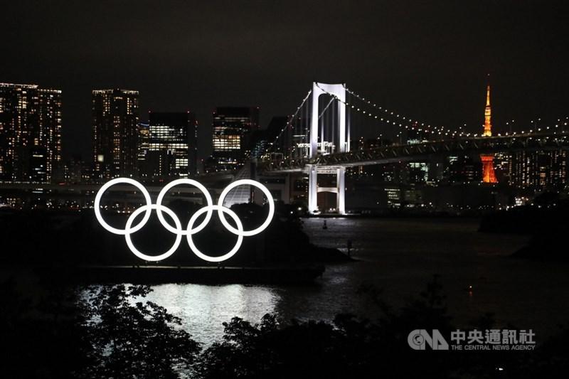 2020東京奧運開幕前一天,受疫情影響絲毫感覺不到歡樂氣氛。圖為東京台場奧運五環標誌夜景。(中央社檔案照片)