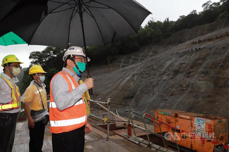 颱風烟花逐漸靠近台灣,恐為北部帶來豪大雨。交通部長王國材(右)22日巡視多項鐵路及公路工程,了解防颱整備情形。(交通部提供)中央社記者汪淑芬傳真  110年7月22日