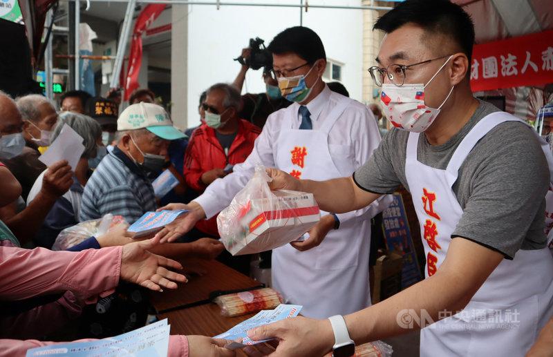 COVID-19(2019冠狀病毒疾病)疫情當下,中國國民黨主席江啟臣(右)22日在台南市安南區發放愛心便當,讓有需要的人享有一頓溫飽。(國民黨台南市黨部提供)中央社記者張榮祥台南傳真  110年7月22日