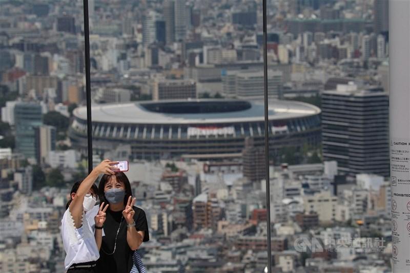 東京奧運23日開幕,但東京疫情持續急速擴大。圖為日本民眾陸續預約澀谷天空(SHIBUYA SKY)以東奧主場館國立競技場為背景拍照。中央社記者楊明珠東京攝 110年7月21日