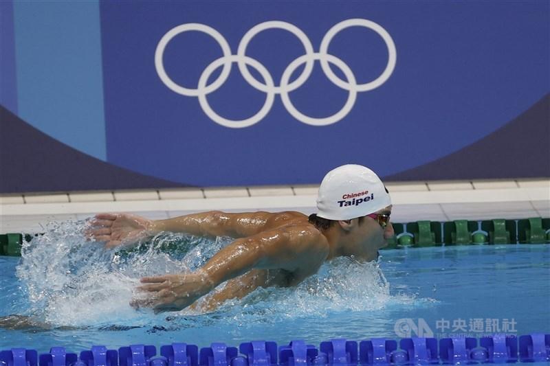 東京奧運7月23日登場,「台灣蝶王」王冠閎22日到泳池持續練習備戰,並表示不預設目標,盼好好享受。中央社記者吳家昇攝 110年7月22日