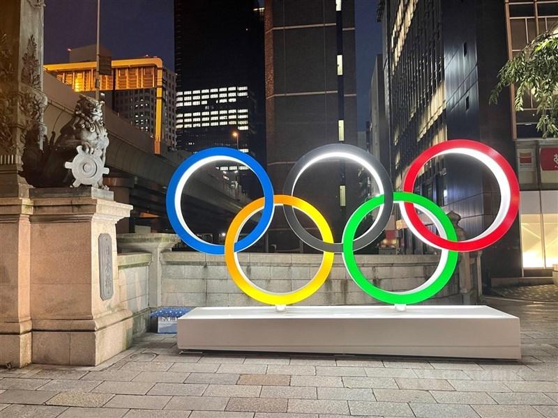 東京奧運將於23日舉行開幕式,中華隊入場順序為104,掌旗官為網球好手盧彥勳與舉重好手郭婞淳。圖為位於東京新橋的奧運五輪擺設。中央社記者楊明珠東京攝 110年7月22日