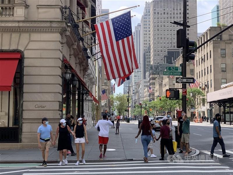 美國最新數據顯示,2020年美國民眾平均預期壽命大幅縮減1.5歲。圖為2020年8月間曼哈頓第五大道景象。(中央社檔案照片)