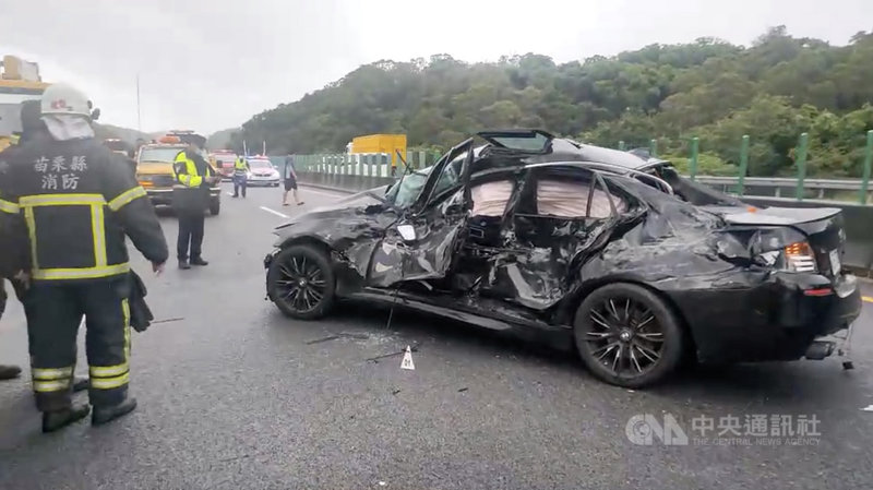 苗栗縣消防局勤指中心22日上午獲報在國道3號南下141公里處發生車禍,立即派遣人車前往救援,人員到場發現一輛BMW轎車車頭及右側車尾損毀、左側車身嚴重凹陷扭曲變形。車禍造成一死一傷。(民眾提供)中央社記者管瑞平傳真 110年7月22日