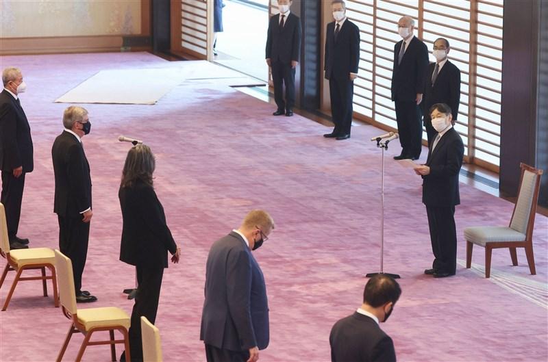 東京奧運23日將舉行開幕式,日本天皇德仁(右中1)22日在皇居的宮殿接見國際奧會主席巴赫(左2)等19人。(共同社)