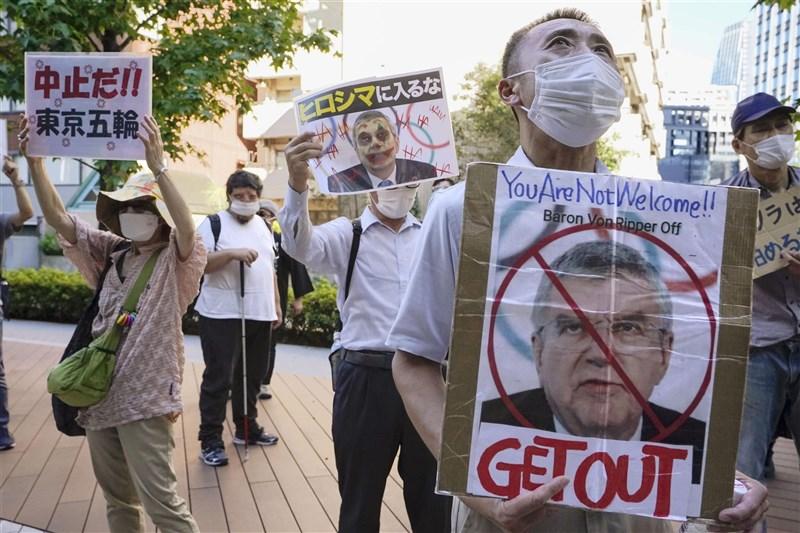 美國ESPN專欄作家分析,日本民眾多數因為疫情反對奧運舉辦,不滿政府配合國際奧會,把人民當成棋子利用。圖為日本民眾在東奧選手村外抗議。(共同社)