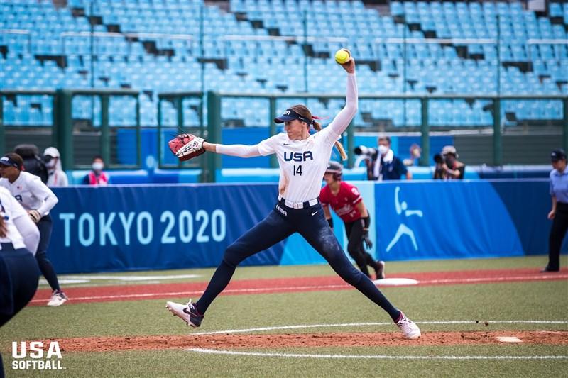 東京奧運女子壘球賽22日進入第二天賽程,目前美日戰績以各2勝並列領先。圖為美國隊選手艾波特。(圖取自twitter.com/USASoftballWNT)