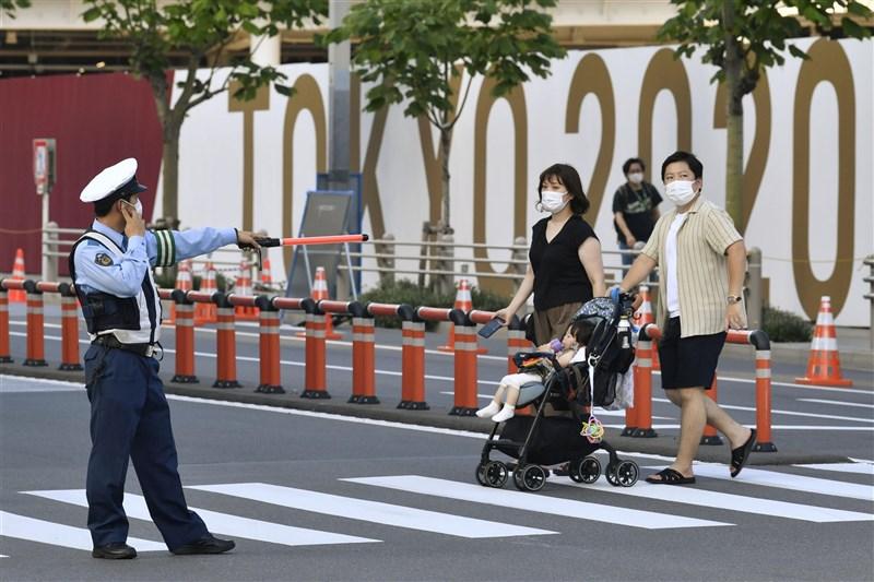 東京奧運賽事正在進行中,但東京都COVID-19疫情日趨嚴峻。圖為日本警察在東奧賽事進行維安工作。(共同社)