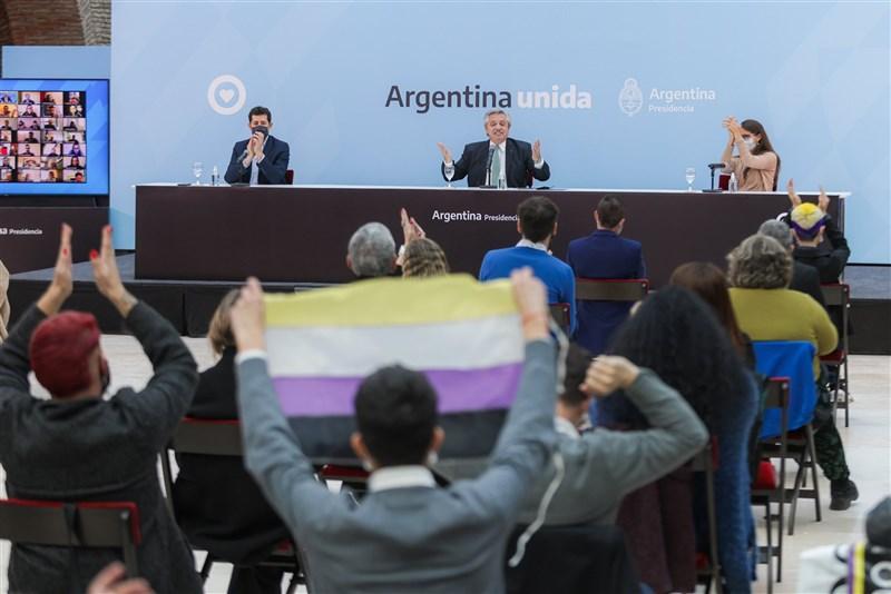 阿根廷從21日起允許國民在身分文件上將性別標註為「X」,亦即非男性也非女性;阿根廷總統費南德茲(後排中)表示:「除了男、女以外,還有其他性別認同必須受到尊重。」(圖取自twitter.com/alferdez)