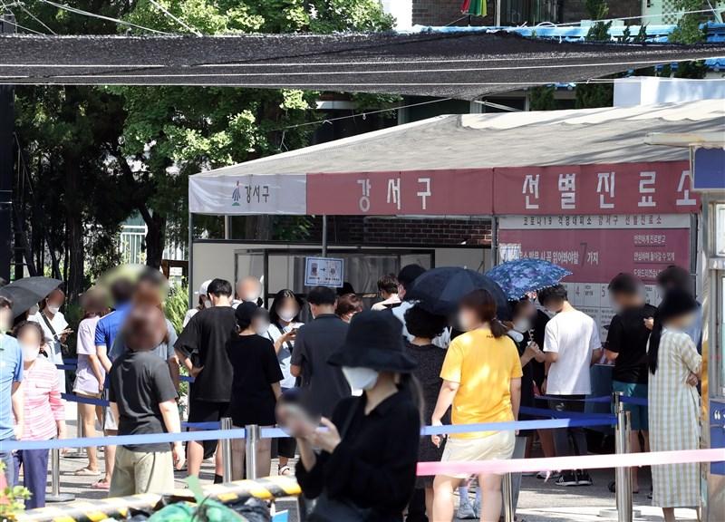 韓國22日通報新增1842起COVID-19確診病例,再創單日新高紀錄。圖為22日首爾COVID-19檢測站外民眾大排長龍。(韓聯社)