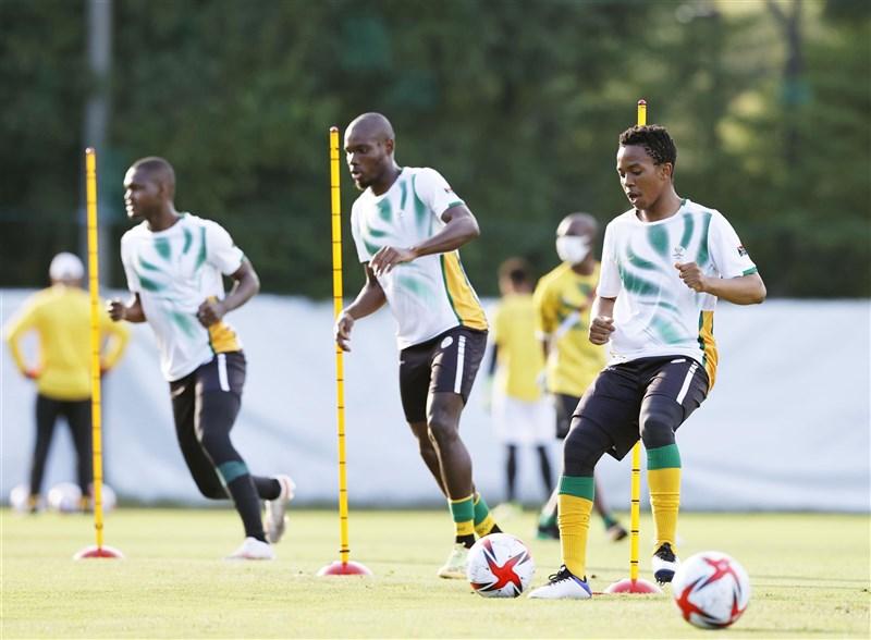 東京奧運南非男子足球隊抵日後有3人被檢測出確診COVID-19,22日晚間與日本隊一戰仍如期舉行。圖為20日南非隊練習情形。(共同社)