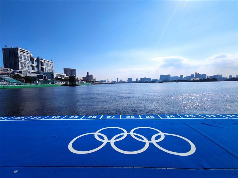 外媒報導,東京奧運鐵人三項的游泳賽場(圖)傳出惡臭;東奧組織方表示,已經裝設特別過濾裝置,不會讓選手受汙水影響。(圖取自twitter.com/worldtriathlon)