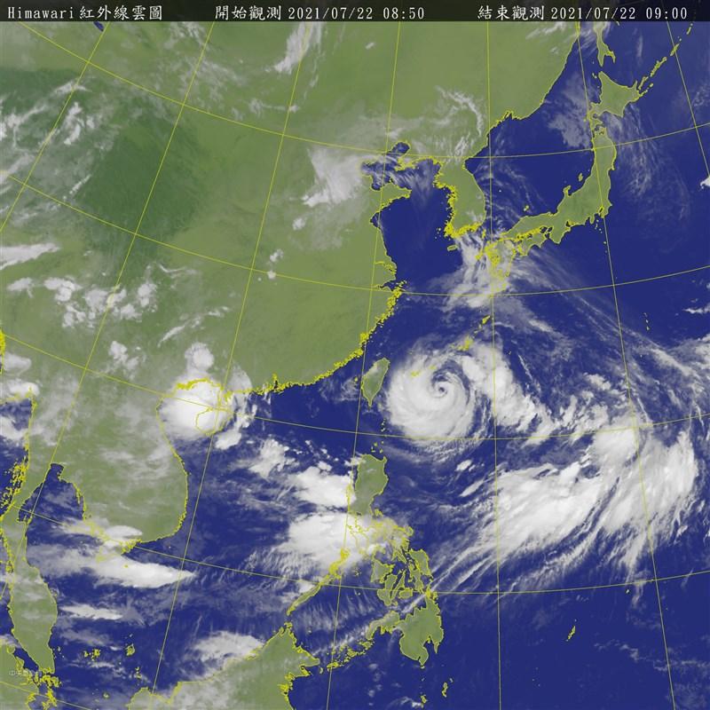 中央氣象局表示,颱風烟花目前移動緩慢,降雨以北台灣較明顯,北部山區可能有豪雨。圖為22日上午8時50分衛星雲圖。(圖取自氣象局網頁cwb.gov.tw)