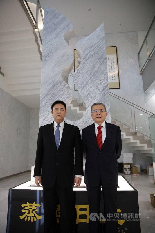 豐興股東會22日登場,會中進行董事改選,董事長林明儒(右)正式交棒,將由現任總經理林大鈞(左)接下董事長一職。(豐興提供)中央社記者蔡芃敏傳真  110年7月22日