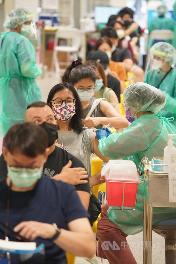 疫情指揮中心公布,21日全國疫苗接種涵蓋率提升到24.35%,累計接種589萬4500人次,近一步朝7月底前達25%目標邁進。圖為北市花博大型接種站。中央社記者徐肇昌攝 110年7月22日