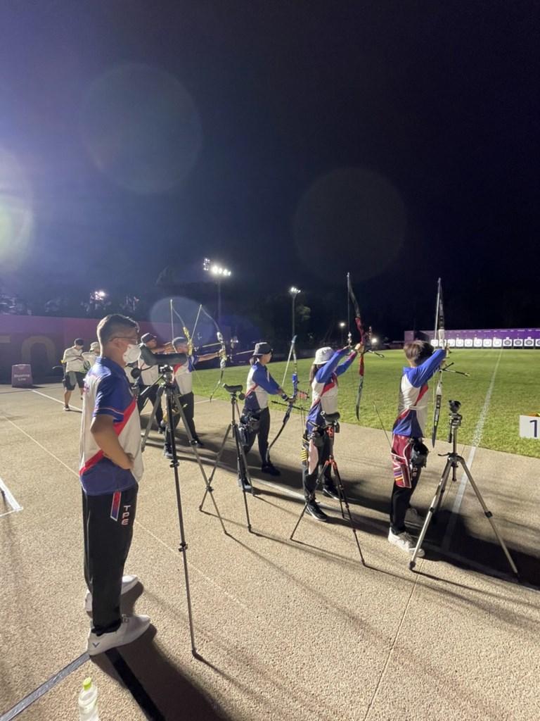 東京奧運射箭個人資格賽23日上午登場,中華隊男、女各3人將提弓上陣。圖為20日中華射箭代表隊夜間訓練。(林政賢提供)