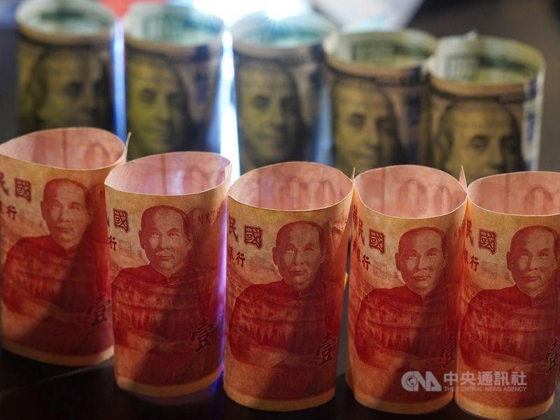 新台幣兌美元22日中午暫收28.018元,升5.5分。(中央社檔案照片)