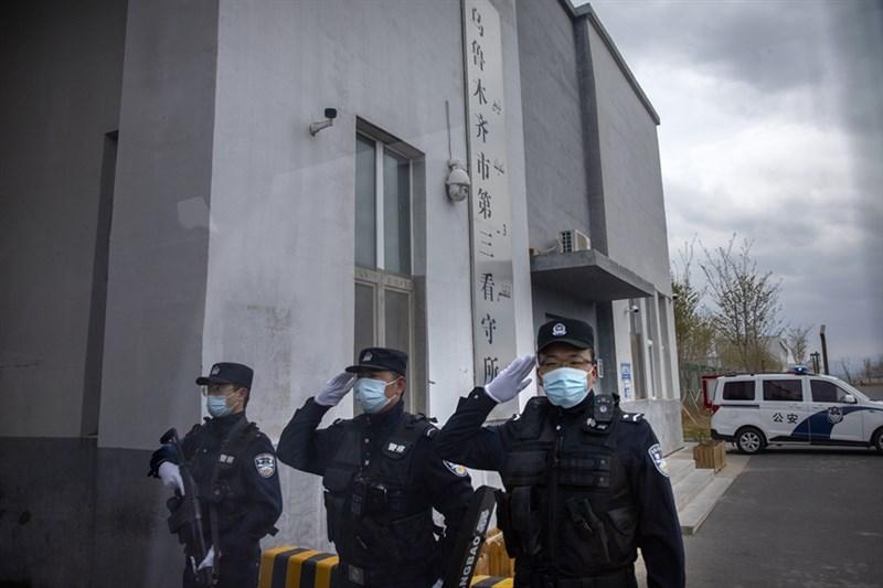 美聯社記者日前獲准進入新疆最大拘留中心,門口的招牌寫著「看守所」。(美聯社)