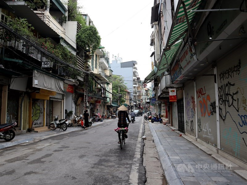 COVID-19疫情流行,越南單日新增本土病例創新高。圖為受疫情影響,19日越南店家沒生意可做,拉下鐵門休息。(中央社檔案照片)