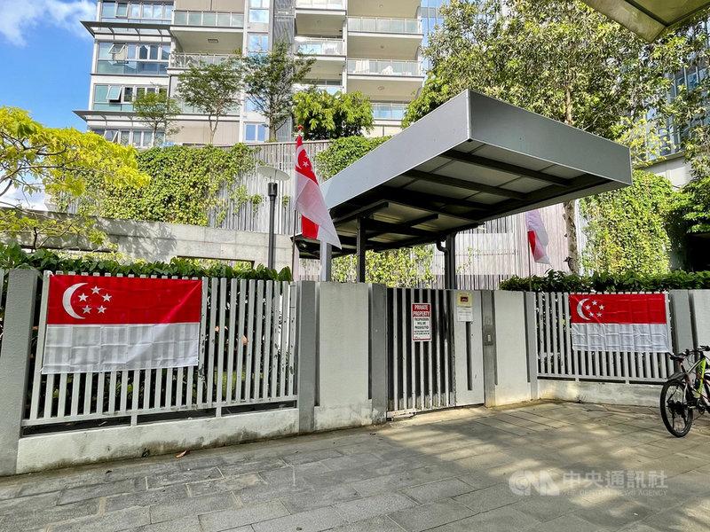 新加坡本土疫情升溫,原訂8月9日登場的國慶慶典將延後舉行,圖為當地一處社區型住宅公寓掛上新加坡國旗,迎接國慶日到來。中央社記者侯姿瑩新加坡攝 110年7月23日