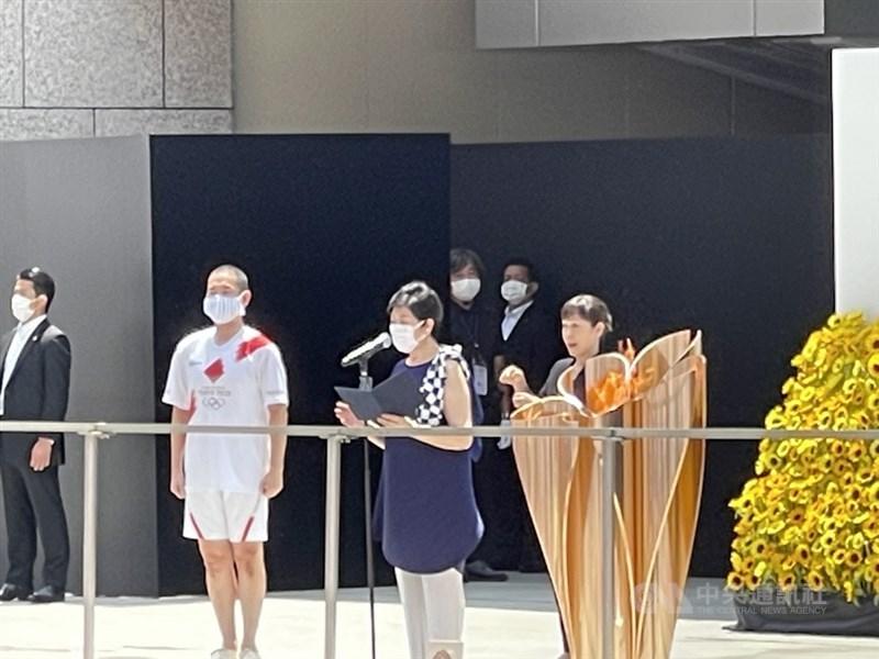奧運聖火23日午間傳至最後一站東京都廳前,東京都知事小池百合子(中)發表談話,歌舞伎演員中村勘九郎(左)擔任最後跑者。中央社記者楊明珠東京攝 110年7月23日