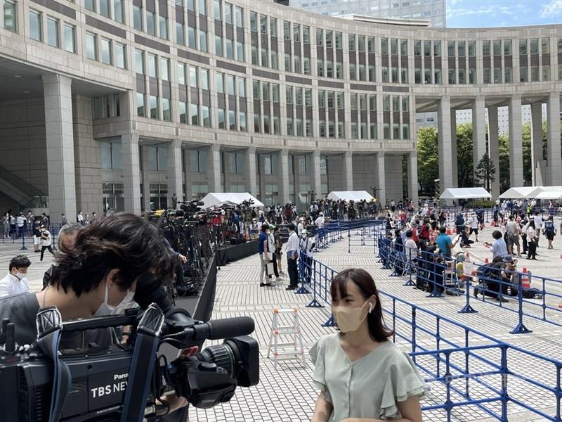 東京奧運聖火傳遞23日至東京都廳前。圖為現場媒體記者採訪活動。中央社記者楊明珠東京攝 110年7月23日