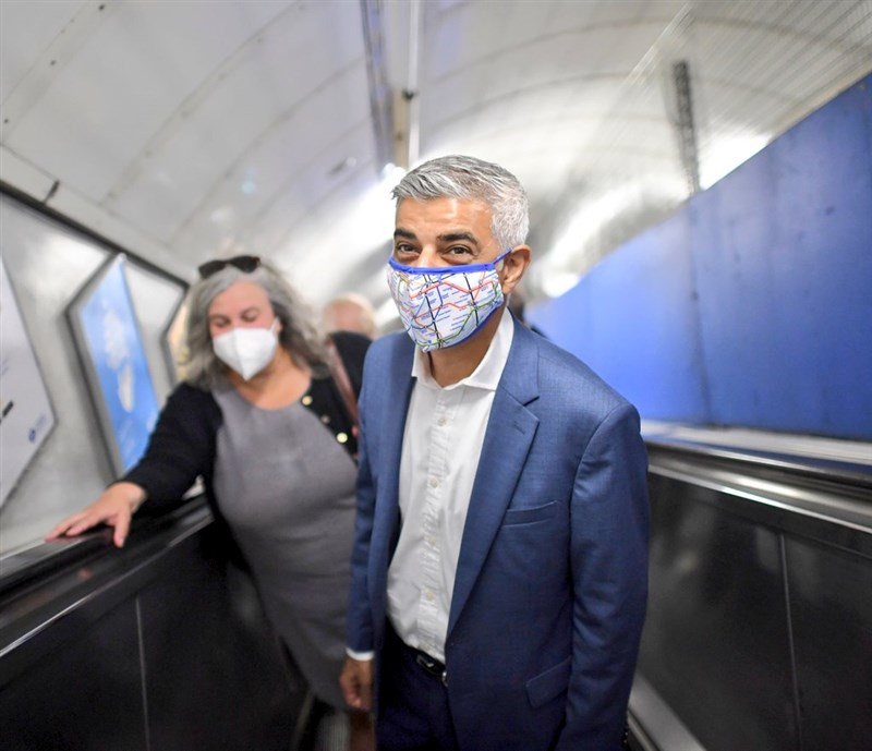 倫敦市長沙迪克汗(前)22日歡迎到英國追尋新生活的香港人,宣布將撥款90萬英鎊(約新台幣3460萬元)協助港人解決在倫敦的居住、教育與就業問題。(圖取自twitter.com/sadiqkhan)