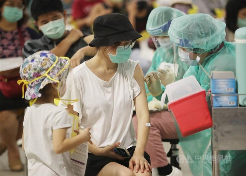 疫情指揮中心23日宣布,已接種第1劑AZ或莫德納疫苗者只要屆滿一定間隔,即日起都可預約接種第2劑;對於有急迫出國需求者,可具證明提早打第2劑。(中央社檔案照片)