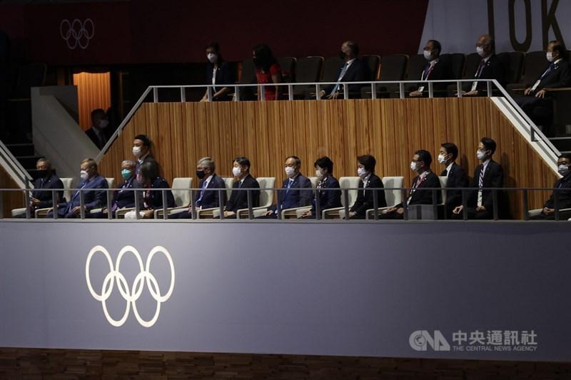 2020東京奧運因疫情延期1年後,23日晚間順利在日本新宿國立競技場舉行開幕式,日本天皇德仁(前排左6)、國際奧會(IOC)主席巴赫(Thomas Bach)(前排左5)出席,各界代表也到場與會。中央社記者吳家昇攝 110年7月23日