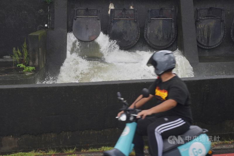 中央氣象局23日表示,颱風烟花的強度仍有增強,暴風圈也有擴大趨勢,且受外圍環流影響,台北市等9縣市要注意瞬間大雨或豪雨。劍潭抽水站午後因應啟動抽水,以適度調節水位。中央社記者徐肇昌攝 110年7月23日
