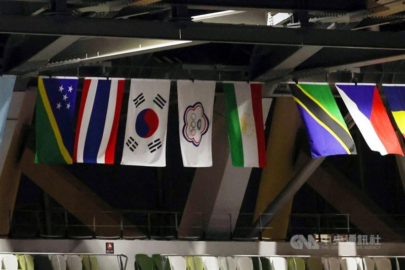 東京奧運23日晚間舉行開幕式,主場館內高掛參賽各國旗幟,中華隊也不例外。中央社記者吳家昇攝 110年7月23日