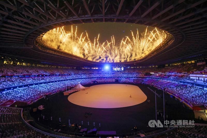 NHK轉播東京奧運開幕式收視率調查26日出爐,平均家戶收視率達56.4%,瞬間最高收視率61.0%。圖為23日開幕式,璀璨煙火點亮夜空。中央社記者吳家昇攝 110年7月23日