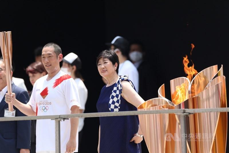 東京奧運聖火抵達終點儀式23日在東京都廳舉辦,最後聖火傳遞者、歌舞伎演員中村勘九郎(左)曾演出NHK電視劇「東京奧運故事」。右為東京都知事小池百合子。中央社記者楊明珠東京攝 110年7月23日