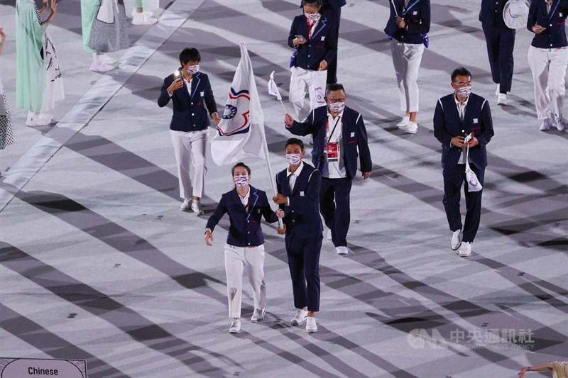 東京奧運23日舉行開幕式,本屆中華代表隊由男子網球好手盧彥勳(前右)、女子舉重好手郭婞淳(前左)擔任掌旗官,於第104順位進場。中央社記者吳家昇攝 110年7月23日
