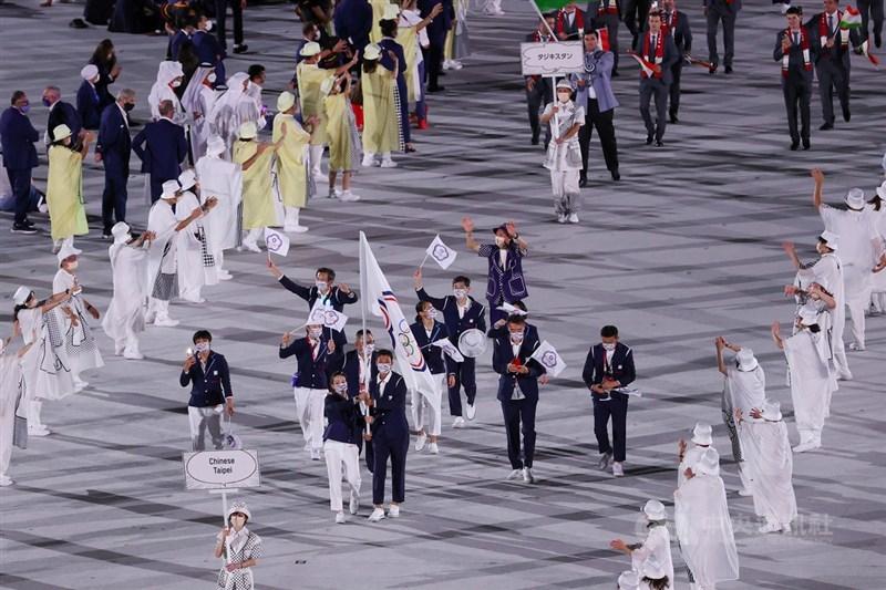 中華代表團在網球好手盧彥勳(掌旗者右)、舉重好手郭婞淳(掌旗者左)帶領下進入東京奧運開幕式會場,現場氣氛歡騰。中央社記者吳家昇攝 110年7月23日
