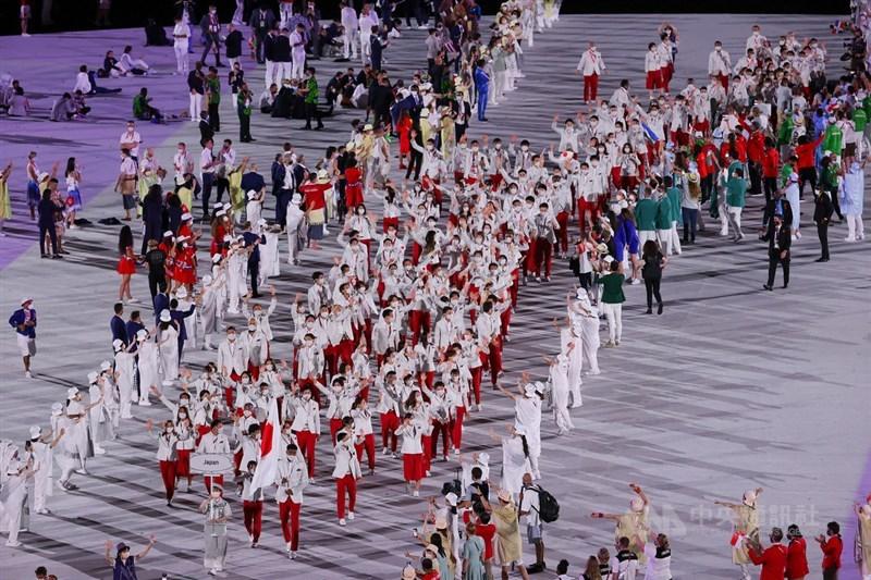 2020東京奧運開幕式23日登場,各國選手入場時的音樂也充滿日本文化,採用勇者鬥惡龍、Final Fantasy、魔物獵人等日本知名電玩遊戲的配樂。圖為主辦國日本排在最後出場,聲勢浩大。中央社記者吳家昇攝 110年7月23日