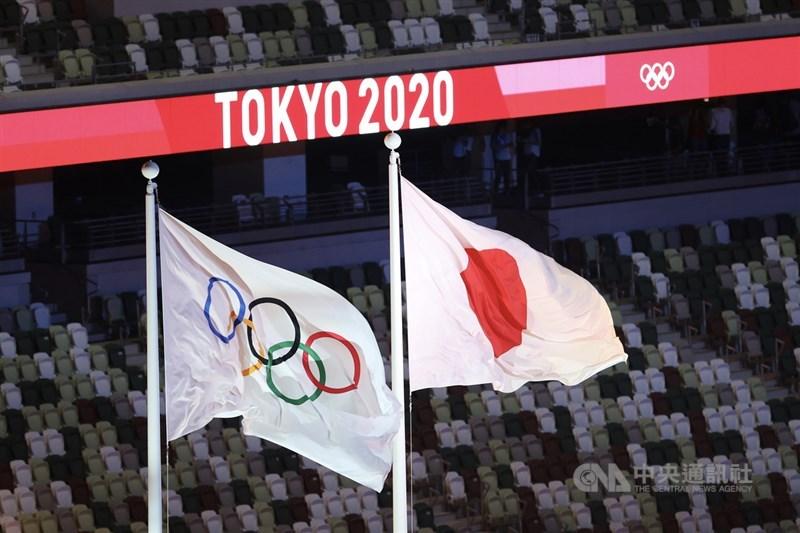 2020東京奧運23日開幕,總統蔡英文在開幕式後發文表示,謝謝主辦國日本,將一切化為可能。圖為奧運五環旗與主辦國日本國旗在東奧主場館內飄揚。中央社記者吳家昇攝 110年7月23日