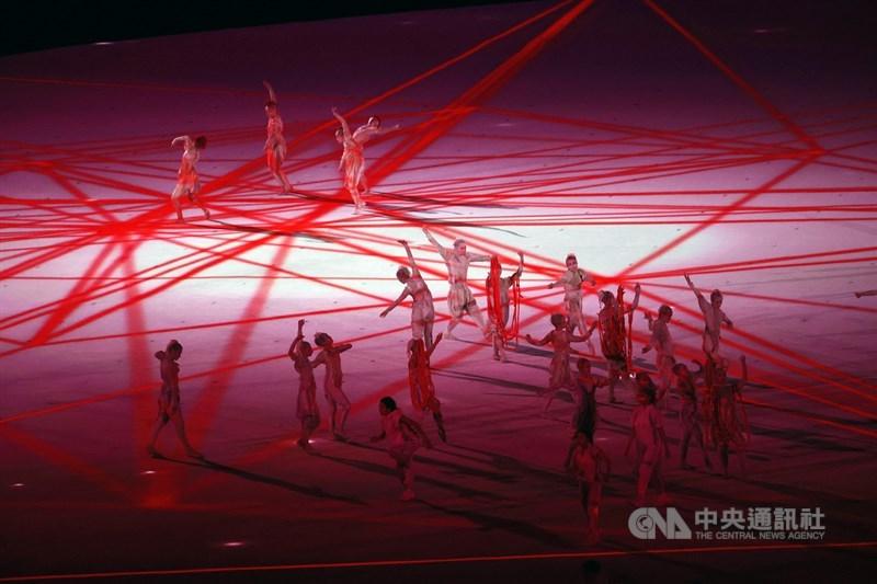 東京奧運23日晚間舉行開幕式,保密到家的表演節目終於揭曉,演出團隊在偌大空間中呈現精彩舞蹈。中央社記者吳家昇攝 110年7月23日