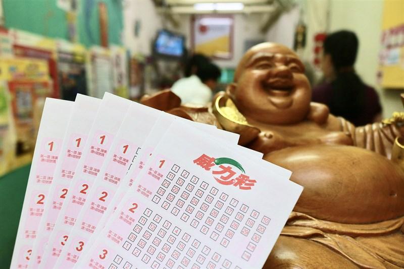 威力彩22日未開出頭獎,下期預估頭獎金額上看8.2億元。(中央社檔案照片)