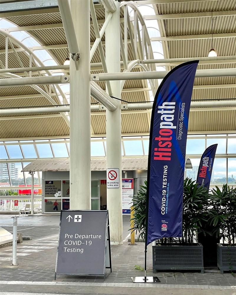 澳洲新南威爾斯州23日新增136例確診,創下今年單日新高,官員稱疫情已成「國家緊急狀態」;紐西蘭總理也宣布暫停紐澳旅遊泡泡8週。圖為澳洲雪梨機場篩檢站。(圖取自facebook.com/SydneyAirport)