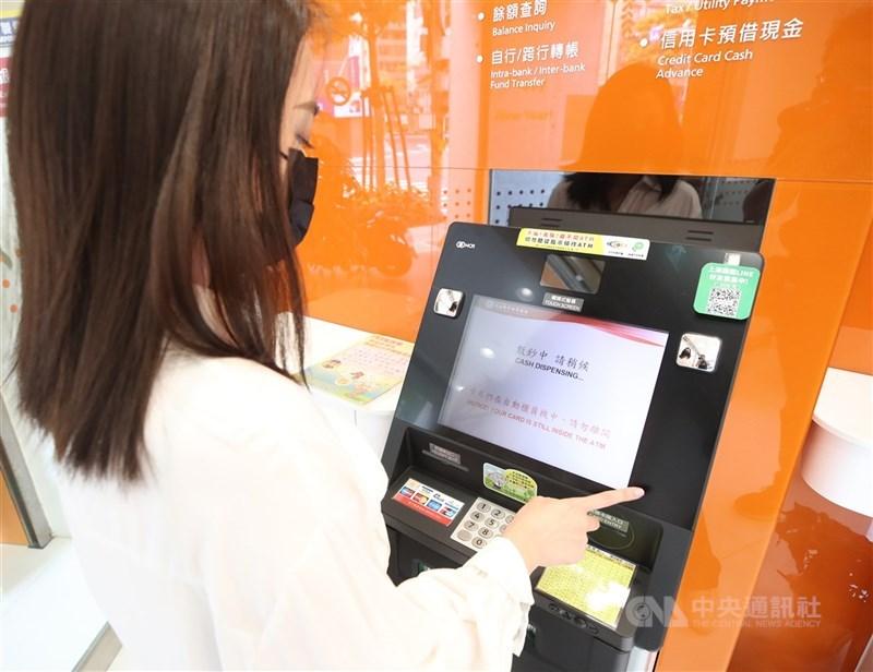 全國27日起調降為二級警戒,金管會表示,跨行轉帳手續費減免措施將自8月3日凌晨零時起恢復原本收費。圖為民眾操作ATM。(中央社檔案照片)