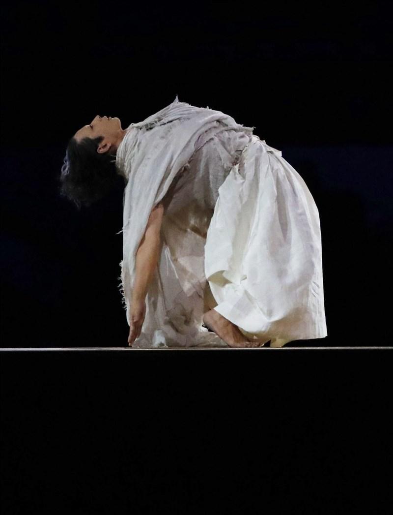 東京奧運開幕式,演員森山未來一身白衣演出,紀念因疫情逝去的人及現場舉行一分鐘默哀儀式。(共同社)