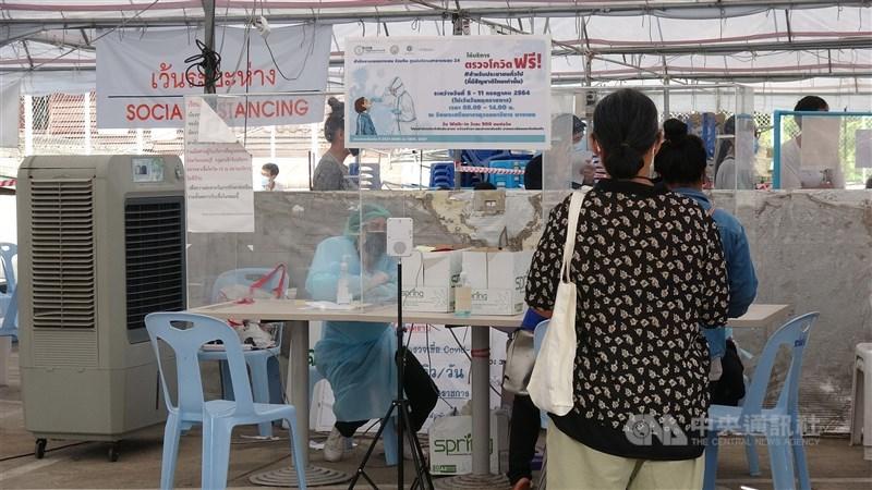 泰國23日宣布新增1萬4575起確診案例,專家警告曼谷的疫情已經超過可控制範圍。圖為曼谷一處醫院外民眾排隊等待檢測。中央社記者呂欣憓曼谷攝 110年7月23日