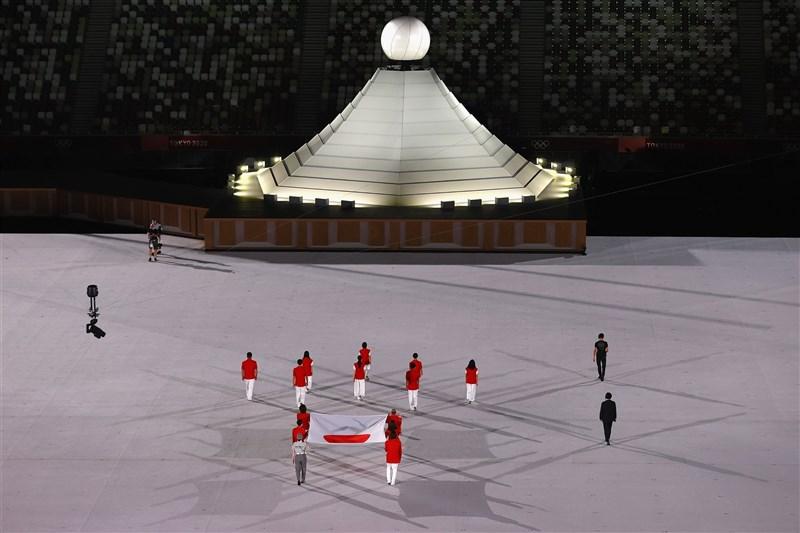 東京奧運開幕式,主辦國日本的國旗進場。(圖取自twitter.com/Tokyo2020)