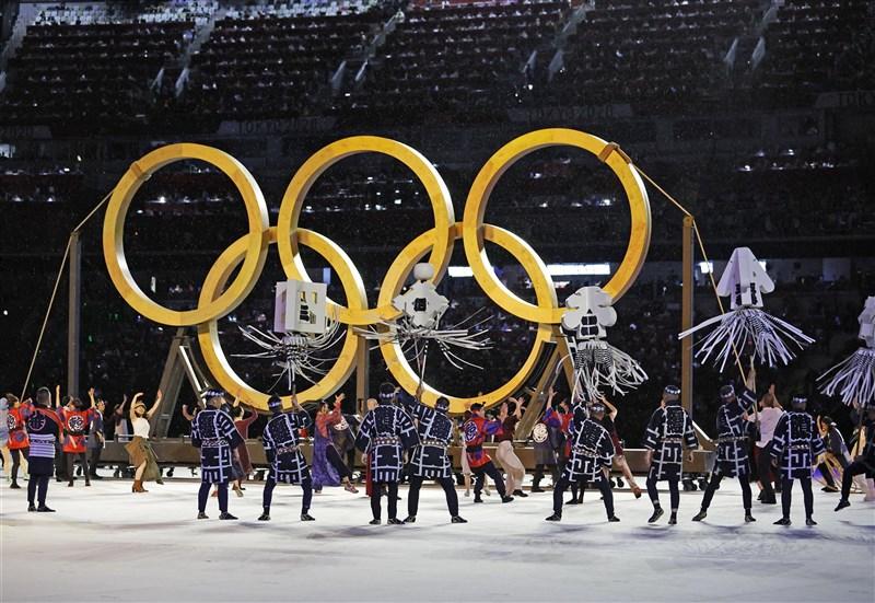東京奧運開幕式中,出現巨型五環,這是利用1964年東奧時,運到東京的樹木所製成。(共同社)