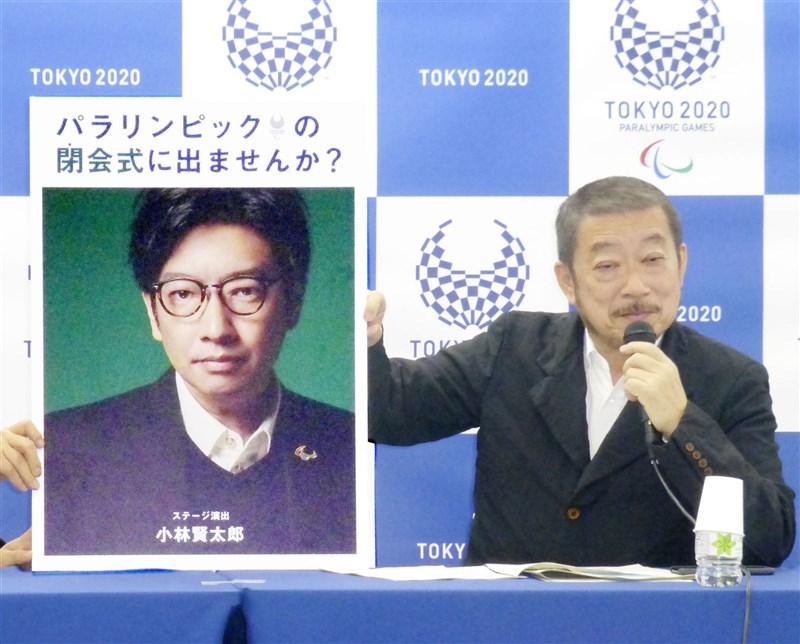 東京奧運開幕式23日晚間登場,然而開幕式演出導演小林賢太郎(左)曾嘲諷猶太人大屠殺,22日遭解任。圖為開幕式前負責人佐佐木宏(右)2019年12月在一場記者會中介紹小林賢太郎。(共同社)