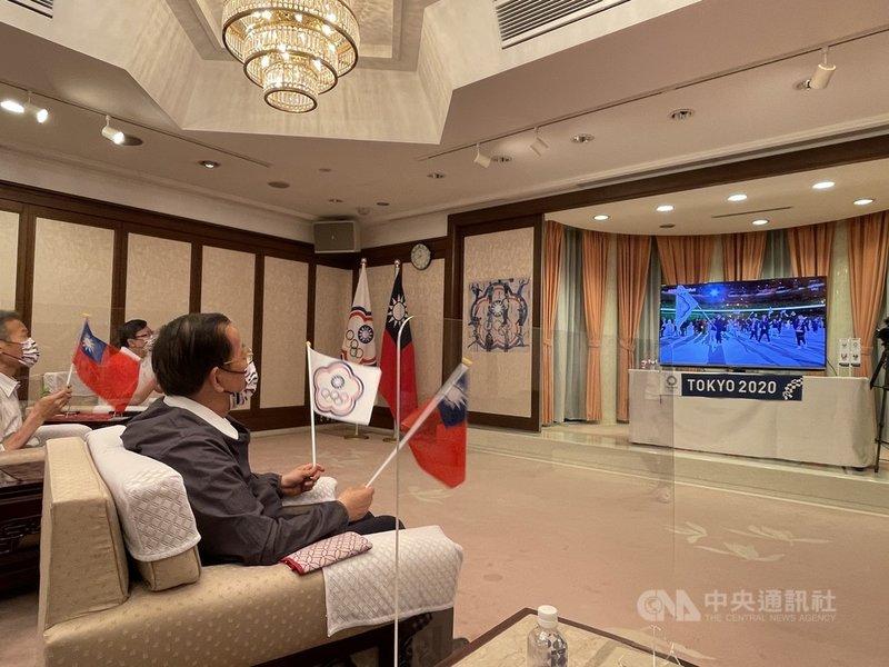 駐日代表謝長廷(右1)23日晚間在駐日代表職務宿舍設置電視轉播加油區,邀駐日官員及媒體等觀看東奧開幕式轉播,為中華代表團加油。中央社記者楊明珠東京攝  110年7月24日