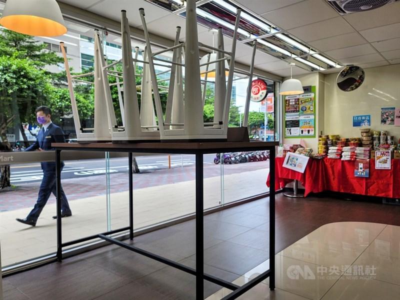 台灣疫情警戒7月27日至8月9日從三級降為二級,開放超商、賣場內用區,可辦婚宴但不可敬酒,旅遊業僅開放50人以下旅行團。圖為超商門市23日收起餐桌椅,禁止民眾內用。中央社記者鄭清元攝 110年7月23日