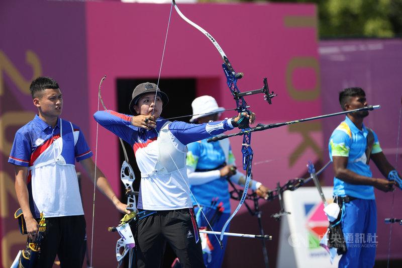 中華隊選手湯智鈞(左)、林佳恩(中)24日在奧林匹克運動會舞台登場的射箭混雙項目,以3比5不敵印度隊,無緣晉級8強。中央社記者吳家昇攝 110年7月24日